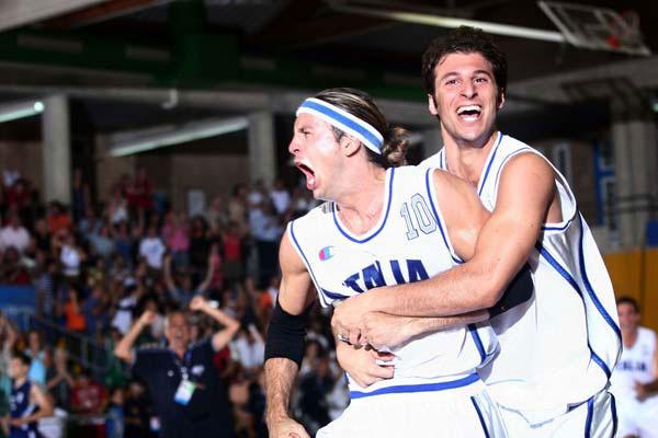 Pecile esulta, abbracciato da Jacopo Giachetti, dopo il canestro decisivo da tre punti nella finale dei Giochi del Mediterraneo 2005 vinta contro la Grecia