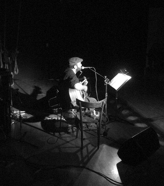 Giancarlo durante un'esibizione live