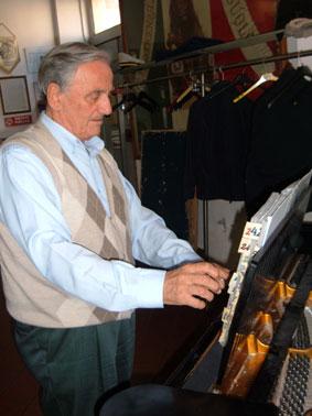 Il maestro Lodi nella sede de La Beneficenza di Sassuolo (foto Martignoni)